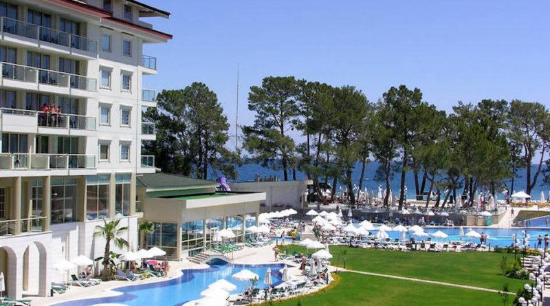 albergo con piscina sul mare
